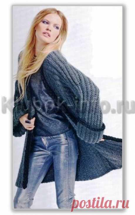 Вязание спицами. Описание женской модели со схемой и выкройкой. Однотонный длинный кардиган с цельновязанными рукавами и без застежки, с декоративными косами из шнуров. Размеры: S-M/L-ХL