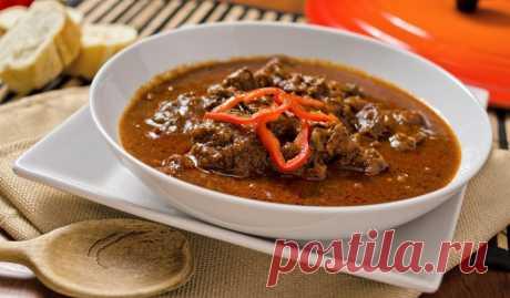 Венский гуляш из говядины Мясо тушится с большим количеством лука, что делает его очень ароматным. А яркие нотки во вкус добавляют паприка, тмин и чеснок.