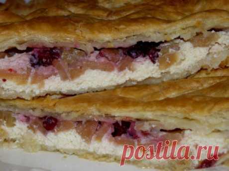 Пирог с творогом, яблоками и брусникой из слоеного теста - Сладкие пироги и кексы