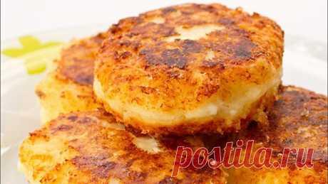 Оладьи из манки – 8 рецептов Оладьи из манки удовлетворяют двум основным требованиям здорового питания: они сытны, поэтому подходят для плотного завтрака, и они полезны, поэтому при регулярном употреблении не добавят лишнего веса и не наполнят кровеносные сосуды холестерином. Кроме того, такое блюдо еще и вкусно, особенно если разнообразить рецепты тыквой, кабачком или капустой.