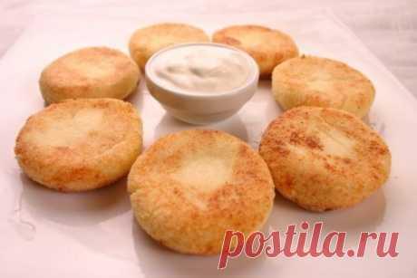 Сырники в духовке Сырники получаются нежирными, так как не жарятся в масле. Время приготовления таких сырничков сводится к минимуму. По вкусу и внешнему виду напоминают маленькие сырные булочки. Ингредиенты: - творог — 0,5 кг - яйца — 2 шт. - манная крупа (манка) — 2 ст. л. - изюм — 100-200 г - соль, сахар — по вкусу - сода (гашеная) — 0,5 ч. л. - ваниль - мука Приготовление: 1. Творог хорошо размять или пропустить через мясорубку. Добавить яйца, манку, соль, сахар и ваниль. Хорошо перемеша
