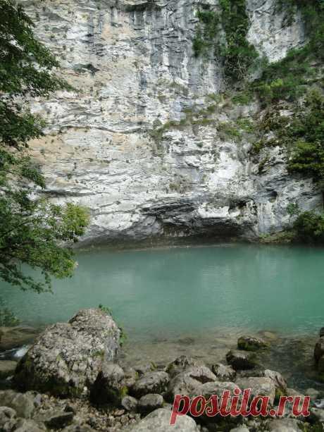 Голубое озеро - ещё одно удивительное чудо природы. Питается Голубое озеро подземными водами подземной реки, начинающейся на склонах высокой горы Ахцых.