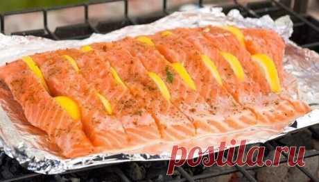 Маринады для любой рыбы ВКУСНАЯ СОЛЕНАЯ РЫБКА ЗА 2 ЧАСА Рыбу, приготовленную таким способом, можно кушать уже через 2 часа. Но еще вкусней она получится, если постоит немного в холодильнике и пропитается маслом. Но и сразу она очень хороша. В этот раз я солила сразу и селедку, и скумбрию вместе. Вы берите рыбку на свой вкус. Потребуется: -2 рыбки -лук по вкусу (его можно побольше, очень вкусный) -вода комнатной температуры 400 мл -соль 2 столовых ложки без горки -масло подсолнеч...