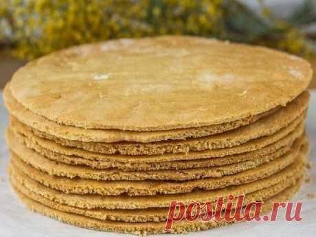 Как быстро приготовить коржи для торта  Коржи для торта в количестве девять - десять штук можно приготовить всего за пол часа. Затем взбить или сварить крем, промазать коржи и получится вкуснейший торт. Рецепт приготовления коржей предлагаем ниже...  Итак, нам нужны такие продукты: двести грамм сметаны и одна чайная ложечка соды пищевой, плюс двести грамм сахарного песка и три стакана муки.  Как готовить тесто для коржей: сметана перекладывается в емкость стеклянную, добав...