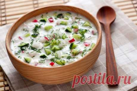 """Vkusneyshee el plato ruso: la historia de \""""la Okroshka\"""" y las recetas más insólitas \u000aLa okroshka es la sopa fría, el plato tradicional de la cocina rusa y ucraniana.\u000a\u000aEl nombre pasa del verbo \""""desmenuzar\"""", e.d. es menudo cortar, desmenuzar. Su base componen, como regla, neutral p …"""