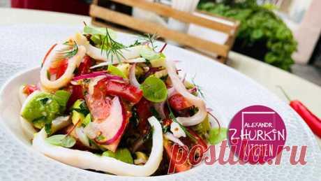 Салат с кальмарами и никакого майонеза. Как приготовить заправку, которая преобразит множество блюд Ингредиенты:  кальмар в рассоле – 85 г авокадо – 60 г помидор – 1 шт. моцарелла – 30 г лук Ялтинский красный – 20 г  Заправка: оливковое масло – 15 г…