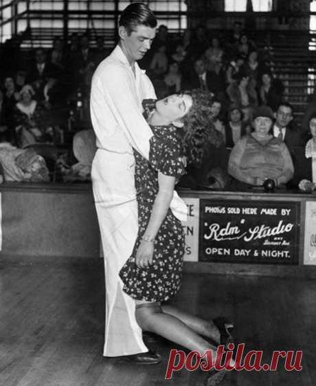 ТАНЦЫ ДО УПАДУ Если вам кажется, что девушке на фото плохо, то вам не кажется. Это брат и сестра Мичоловски из Нью-Йорка. Фрэнк и Мари протанцевали 138 дней и 15 часов подряд. Было это на танцевальном марафоне в Чикаго в 1931 году. Вопрос: зачем они это делали? Танцевальные марафоны 1920–1930-х годов не были редкостью и действительно длились сотни и даже тысячи часов. Это был способ развлечь публику во времена Великой депрессии в США. Со зрителей брали деньги за билеты, а победителям обещали…