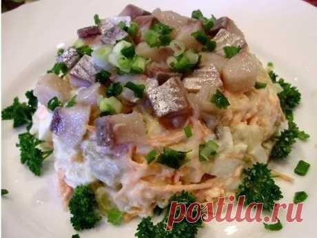 Очень простой и вкусный салатик с сельдью и овощами  Ингредиенты: 1 средняя сельдь 4 средних картофеля 3 средних моркови 1 маленькая луковица 4 небольших огурчика 2 дольки чеснока зеленый лук майонез соль  Приготовление: 1. Отварите картофель в мундире. Остудите его и нарежьте кубиками. 2. Замаринуйте лук (3 столовой ложки кипяченой воды, 1 чайная ложка уксуса и 1 одна чайная ложка сахара). 3. Пока картофель будет вариться, разделайте селедку на филе и порежьте его кубикам...