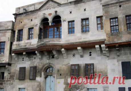 Հայկական հետքեր... Կայսերիի կենտրոնական հատվածում, որտեղ գտնվում է հին քաղաքը, որտեղ պահպանված է մի ամբողջ հայկական թաղամաս: 19-րդ դարում այստեղ ապրել են հայ մեծահարուստների` Էֆենդիաղլարների, Դուլգերօղլուների, Գուրբազների, Կոմյուչուղլիների, Բեզիրչիօղլուների ընտանիքները: Այսօր պահպանվել են ժամանակին այստեղ ապրած յոթ հայ մեծահարուստների տները...բնականաբար ազգանունների վերջավորությունները փոփոխվել են: Կայսերի (Կեսարիա) քաղաքը Շամիրամի կախովի այգիներն է հիշեցնում:
