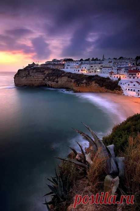 КАРВОЕРО, АЛГАРВЕ, ПОРТУГАЛИЯ  Алгарве – идеальное место для активного и пляжного отдыха, здесь созданы все условия для занятий спортом в течение всего года. А Карвойеро - один из лучших пляжей Португалии.