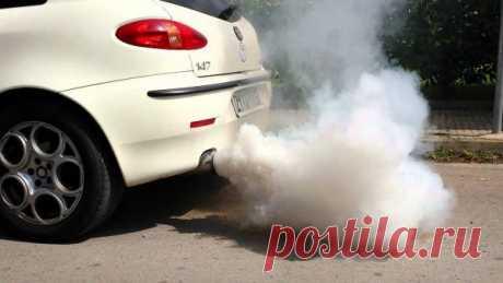 Почему из выхлопной трубы идет белый дым: причины поломки Покупка автомобиля на вторичном рынке требует от покупателя предельной внимательности. В противном случае можно купить машину с неисправностью бензинового двигателя. Это повлечет за собой существенные
