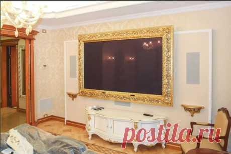 Странное решение в дизайне гостиной - это повесить телевизор не просто на стене, а в багете. Но есть те, кому так нравится.