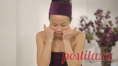 Массаж Коруги для лица от Su-Man. Su-Man - основательница одноименного бренда ухаживающей косметики, известный косметолог, пользующийся популярностью у многих западных селебрити, делится двухминутной процедурой массажа Коруги для лица, который вы можете выполнять дома самостоятельно.  Эти упражнения пробуждают лицевые мышцы и подтягивают их, а также способствуют снятию напряжения и зажимов. В результате регулярной практики лицо выглядит более подтянутым, упругим и расслабленным.