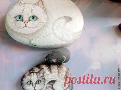 Котики на камушках