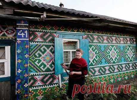 Из крышек от пластиковых бутылок можно создать настоящий шедевр. К примеру, оформить фасад дома мозаикой.