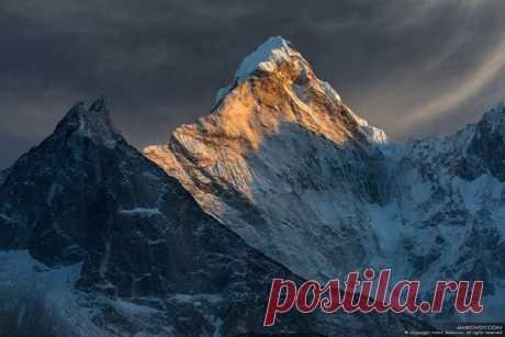 Ама-Даблам (6 812 м) считается одной из самых впечатляющих вершин мира. Хотя она имеет относительно небольшую высоту, но поражает красотой своих склонов и гребней. Автор фото: Антон Янковой.