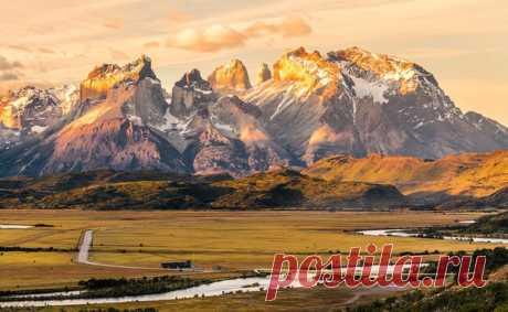 Закат в национальном парке Торрес-дель-Пайне, Чили. Автор фото — Vitali Hantsevich: nat-geo.ru/photo/user/297261/ Доброй ночи.