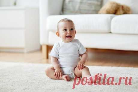 В каком возрасте ребенок начинает сидеть? Развитие каждого человека происходит индивидуально – и это естественно. Если один малыш уверенно сел в четыре месяца, а второй в шесть, вовсе не значит, что первый здоровее, сильнее или умнее.