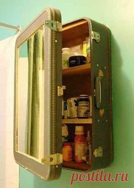 Шкафчик из чемодана.