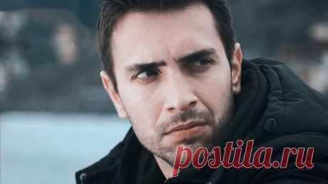 Биография: Улаш Туна Астепе / Ulas Tuna Astepe – турецкий актер Улаш Туна Астепе родился в Измите 1 января 1988 года. В 1999 году он стал свидетелем страшного землетрясения, и после этого через 1-2 года потерял отца. После этого события они переехали в С