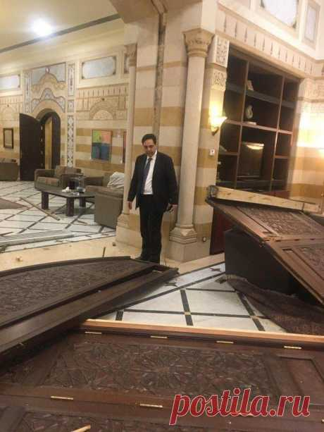 Премьер-министр Ливана Хасан Диаб и повреждения в его резиденции в результате взрыва в порту Бейрута. Премьер-министр Ливана Хасан Диаб и повреждения в его резиденции в результате взрыва в порту Бейрута. По данным министерства здравоохранения, ранения в результате катастрофы получили более 3000 чел…