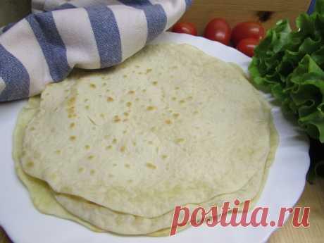 Тортилья пшеничная: рецепт приготовления мексиканской лепешки для кесадильи, тако, буррито, фахитас Тортилья – это мексиканский хлеб из пшеничной муки – основа для многих блюд: кесадильи, тако, буррито, фахитас. Заверните в тортилью начинку, положите на сухую сковороду гриль, и вот уже простое, сытное и вкусное блюдо готово.