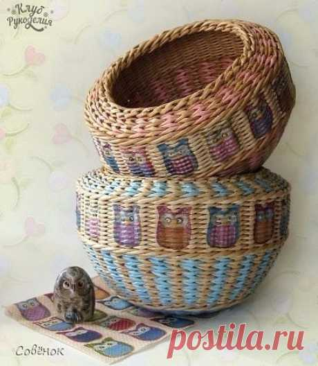 Multi-color weaving of a basket from newspaper tubules