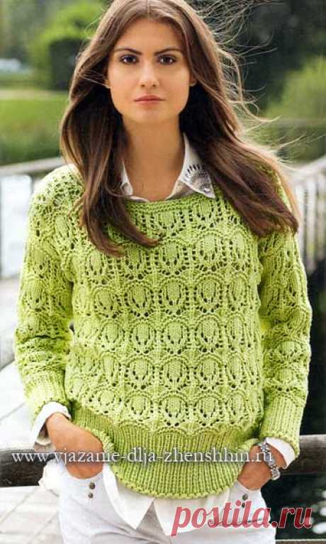 La labor de punto por los rayos del pulóver femenino
