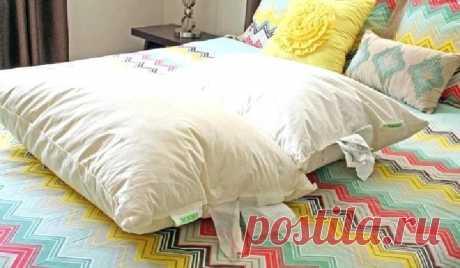 Подушки у бабули всегда сияют белизной: она рассказала, как удаляет желтые пятна