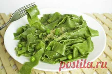 Домашняя паста со шпинатом под соусом с зелёным горошком