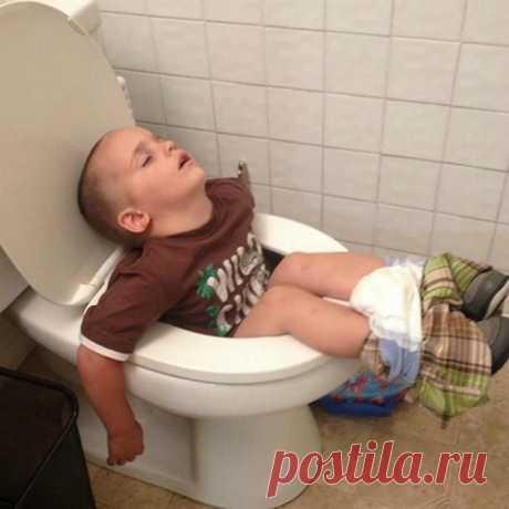 Маленькие трудоголики: позитивные снимки, доказывающие, что уставший человек может уснуть где угодно — Убойный юмор