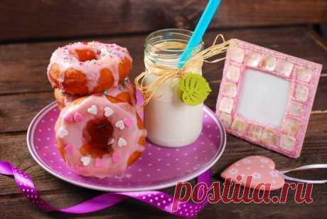 Пончики из слоеного теста с заварным сырным кремом, фруктами и ягодами