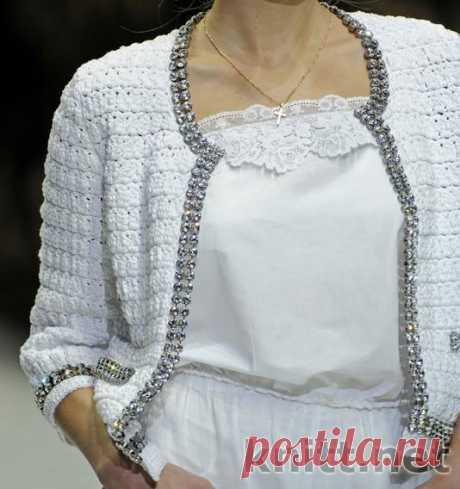 Платье, жакет и юбка от Dolce & Gabbana Платье, жакет и юбка от Dolce & Gabbana связаны крючком украшены декоративной лентой с камнями и широким кружевом. Модели от Dolce & Gabbana
