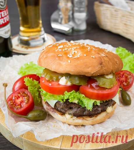 Чизбургер с котлетой из говядины на Вкусном Блоге Вот за что я люблю бургеры с говяжьими котлетами, так за то, что эти самые котлеты можно готовить до средней прожарки (то есть до розового сока). За счет этого бургеры получаются особенно сочными и вкусными. Такими, как этот чизбургер 🙂 По составу здесь всё по классике – котлета, ломтик сыра,…