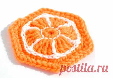 Апельсиновый шестиугольный мотив крючком     Мотив легко сделать меньше или больше, за счет последних рядов из столбиков без накида, или же сделать маленькие апельсинки, заменив столбики с двумя накидами на обычные с одним. После того, как м…