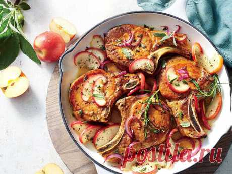 Запеченная свинина с яблоками по-датски Запеченная свинина с яблоками и луком — популярное блюдо датской национальной кухни. Бюджетное, готовится легко и быстро, не требует большого количества ингредиентов. Готовить можно из любой части свинины. Яблочно-луковый гарнир кажется будто специально созданным для этого мяса. Очень вкусно!