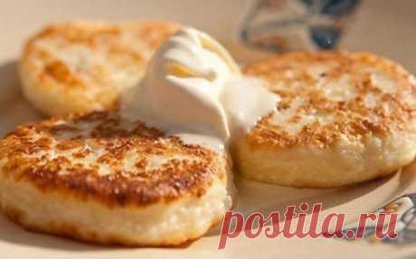 Приглашаем к завтраку! Домашнее, универсальное и вкусное блюдо!  Сырники  Это универсальное и вкусное блюдо, которое время от времени готовят, наверное, в каждом доме. Если вы любите сырники, то, конечно же, вы готовите их часто и любите эксперементировать с разными поливками.  Ингредиенты  Творог - 500 г Яйцо - 1 шт. Сахар - 4 ст. л. Соль - 1/4 ч. л. Мука - 3 ст. л.+1 ч. л.  Способ приготовления  Соедините в миске творог, яйцо, сахар и соль, и тщательно перемешайте до одн...