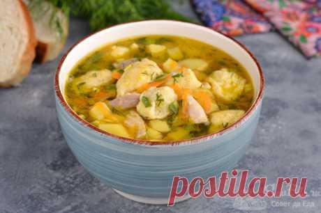 Куриный суп с клецками.  Готовим очень ароматный и потрясающей вкусный куриный суп с картофелем, морковью, луком и клецками, которые замешиваем за несколько минут. Для вкуса, сытности и цвета морковку с луком обжариваем в масле. Для аромата добавляем в суп укроп и зеленый лук.