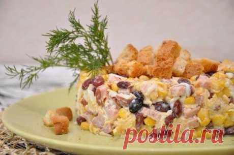 Салат с чесночными сухариками | Очень вкусно