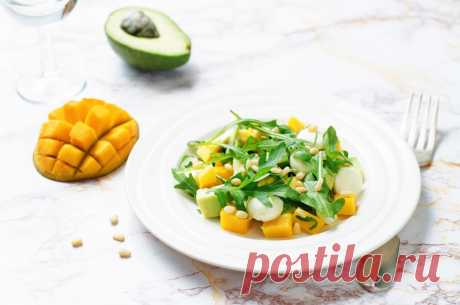 Удивляем гостей: салат с манго и орехами Предлагаем приготовить тебе экзотический салат с манго, который очень прост в приготовлении. Спелое манго очищаем и нарезаем полосками. Таким же способом нарезаем авокадо и огурец. Берём листовой сала…