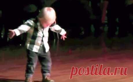 2-х летний танцор собрал 32 миллиона просмотров. Просто уморительный малыш  Вильяму было два года, когда его танец-импровизация сделал его знаменитым на весь Интернет. Родители парнишки танцоры, и они постоянно берут сына с собой на всевозможные соревнования и концерты. В та…