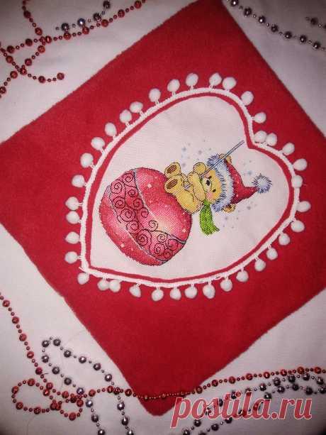 Рождественская подушка с ручной вышивкой.Ткань--флис, с обратной стороны--бязь с принтом снежинок( с обратной стороны)