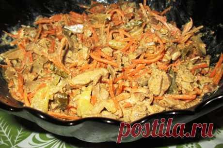 Печёночный салат с морковью и луком и огурцом рецепт как приготовить Печёночный салат, рецепт которого я хочу представить сегодня вашему вниманию, отличается от классических рецептов тем, что приготавливается в совокупности с корейской морковью и маринованными грибами. Данная комбинация продуктов делает салат острым и сочным. Наш салат мы заправили майонезом, но как вариант можно заправлять его и маслом. А сейчас давайте рассмотрим, как приготовить салат с куриной печенью...