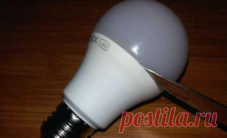 Ремонт перегоревшей светодиодной лампы: светит заново за 5 движений Совсем не обязательно покупать новую светодиодную лампу на замену перегоревшей. Весь ремонт укладывается в пять простых движений, достаточно будет устранить один светодиод.  Итак, начнем с того, что снимем защитный колпачок — эта полусфера рассеивает свет, без нее светодиоды горят отдельными