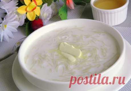 Молочный суп с вермишелью и маслом для ребенка, рецепт с фото и видео Супы на молоке для детей раннего возраста просто незаменимы. С большей охотой маленькие гурманы едят суп с различными фигурками, а не с простой вермишелью. Сахар, если нет аллергии, можно заменить медом, только добавлять его надо в теплый суп.