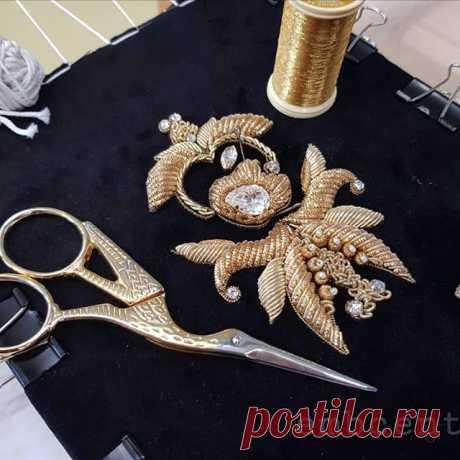 Техника вышивки золотом, известная еще с древности. Как правило для золотого шитья применяются металлизированные, золотые и серебряные нити, канитель, трунцал, бисер и пайетки. Все материалы по доступным ценам есть на embcentre.ru в разделе магазин ручной вышивки #embcentre #handmade #канитель #трунцал #пайетки #вышивка #украшение