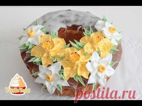 Красивое цветочное украшение куличей на Пасху