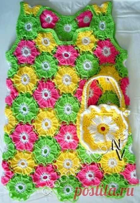 Сарафан «Цветочная полянка» Яркий детский сарафан, связанный крючком из мотивов