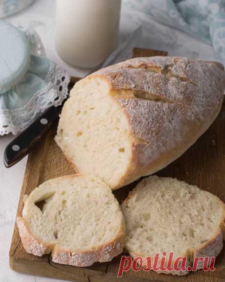 ПШЕНИЧНЫЙ ПОСТНЫЙ ХЛЕБ Пока я не научилась делать идеальный пшеничный хлеб на закваске, пеку белую булку по простейшему рецепту. Хлеб всегда получается мягким, похожим на покупной батон нарезной по вкусу. Особенно хорош этот рецепт тем, что готовить его можно даже в пост. Это тесто я использую как основу для постных пирогов и булок. Можно назвать его базовым.  Если соберетесь делать с ним сладкие пироги, добавьте пару ложек сахара больше, и скажете мне спасибо, я уверена.
