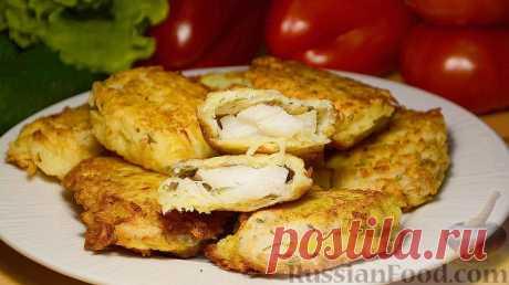 El pescado frito en la viruta de patatas